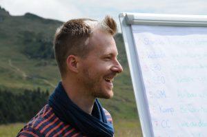 Josua Schütz unterrichtet ein Outdoor Seminar