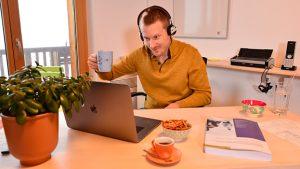 IPMA Kursleiter Josua Schütz unterrichtet Projektmanagement am Notebooks